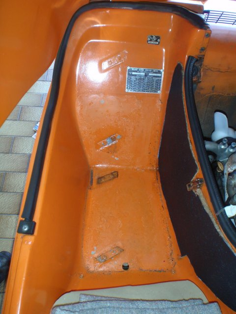 Karosserieplatten im Fußraum