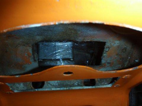 Loch hinter Mittelkonsole