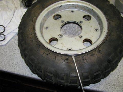 rissiger Reifen unter Spannung