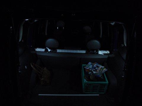 Innenraum nachts nur mit Kofferraumleuchten