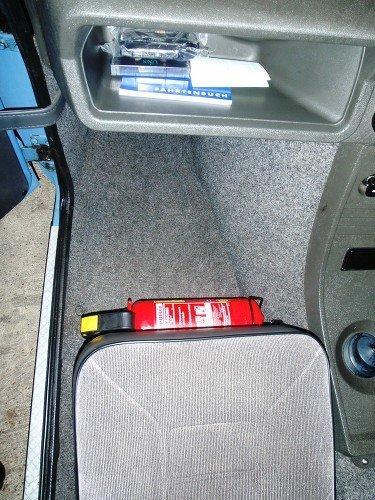 Feuerlöscher vor Beifahrersitz