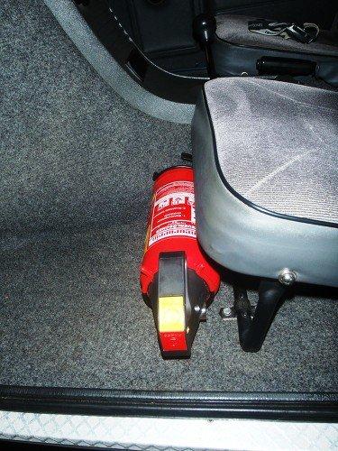 Feuerlöscher vor Beifahrersitz 2