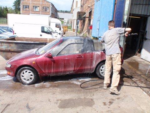 Toyota Sera wird gewaschen