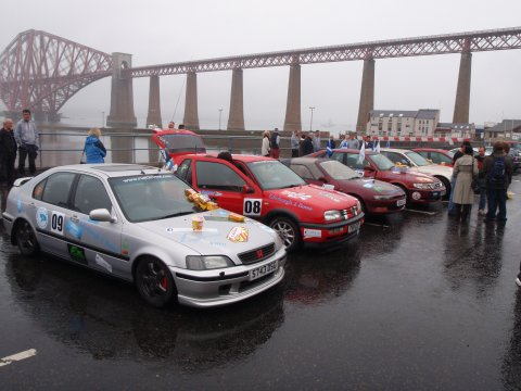 Rallyeautos vor der Forth Bridge