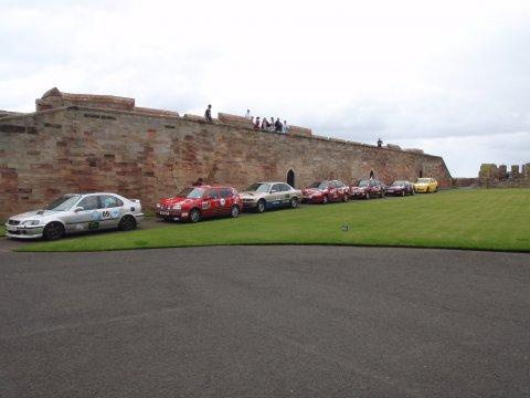 Rallyeautos im Schloss