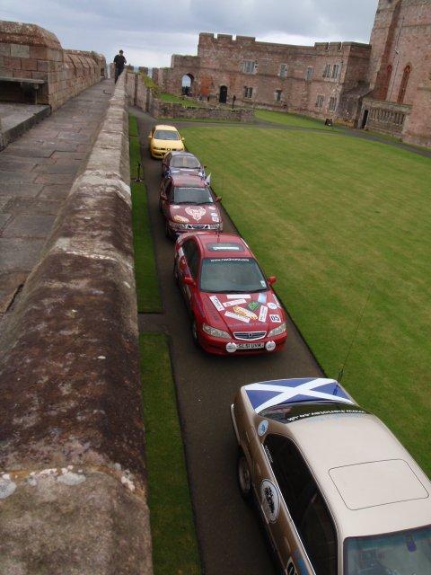Rallyeautos im Schloss aufgereiht