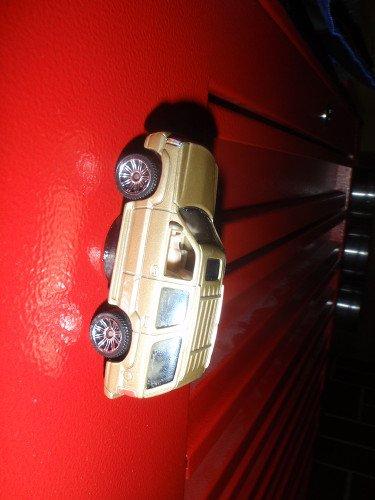Cadillac Escalade mit Magnet