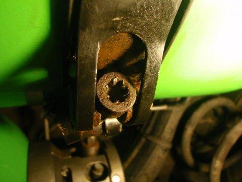 Opel Combo | Erdgastanks | vergnaddelte Schraube