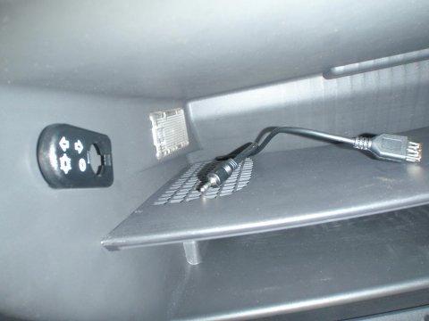 Anschlusskabel im Handschuhfach